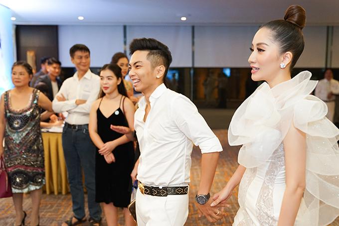 Phan Hiển diện cây trắng, ton-sur-ton với bà xã Khánh Thi trong buổi tiệc sinh nhật chị họ. Anh rạng rỡ nắm tay Khánh Thi bước vào khán phòng.