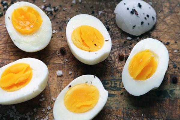 Chuyên gia yoga Jacqueline Burge thuộc trung tâm Desk Yogi, Mỹ, cho biết, bà luôn ăn 2 quả trứng luộc và uống 1 tách trà vào buổi sáng.