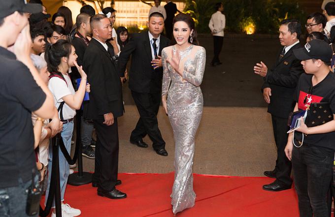 Kỳ Duyên diện váy của nhà thiết kế Đức Vincie đisự kiện.