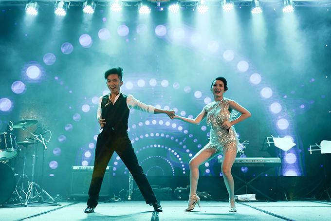 Trong tiệc sinh nhật, Phan Hiển cùng Hoàng Mỹ An trình diễn một tiết mục sôi động. Hai chị em họ từng là đối thủ tại cuộc thi Thử thách cùng bước nhảy cách đây vài năm.
