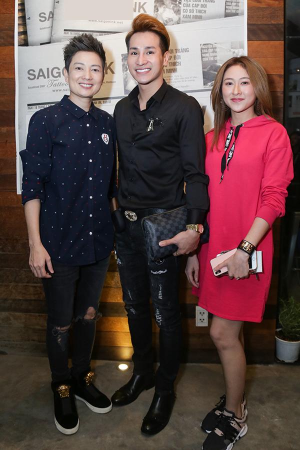 Trong sự kiện tối qua, Thuý Vinh trông rất rạng rỡ. Chị chụp ảnh cùng ca sĩ Chu Bin và Thuỳ Trang - top 10 Miss Ngôi Sao 2014.