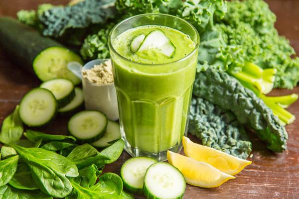 Renee Kennedy, huấn luyện viên yoga tại thành phố New York, tiết lộ công thức smoothie buổi sáng của cô gồm sữa hạnh nhân, chuối, bơ, cải xoăn, và rau bina.