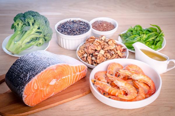 Tăng cường thực phẩm giàu axit omega 3 Axit omega 3 là loại axit béo có lợi cho cơ thể vì nó cung cấp lượng chất béo cần thiết mà không gây tăng cân. Hơn nữa, chúngcòn tạo ra hiệu ứng thỏa mãn vị giác, giúpgiảm tình trạng thèm ăn, đặc biệt là các mónnhiều đường, tinh bột. Axit béo omega 3 có nhiều trong các loại thực phẩm như cá hồi, cá tuyết, cá trích hay hạt lanh, quả óc chó và trứng.