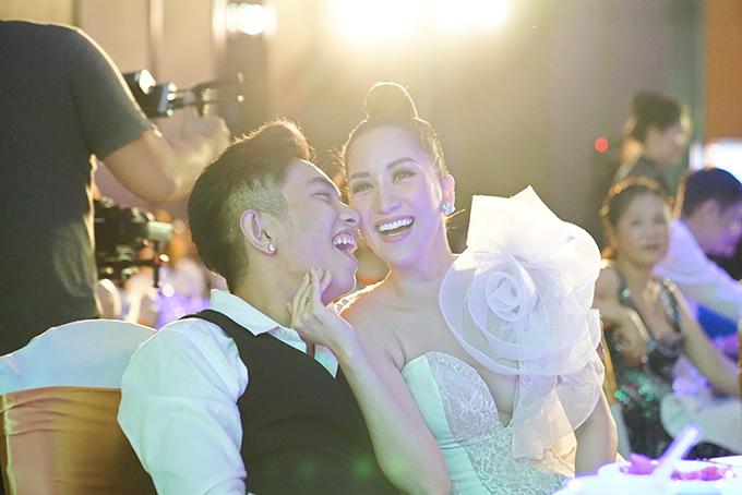 Phan Hiển - Khánh Thi có những khoảnh khắc vui tươi, cười hết cỡ trong buổi tiệc.
