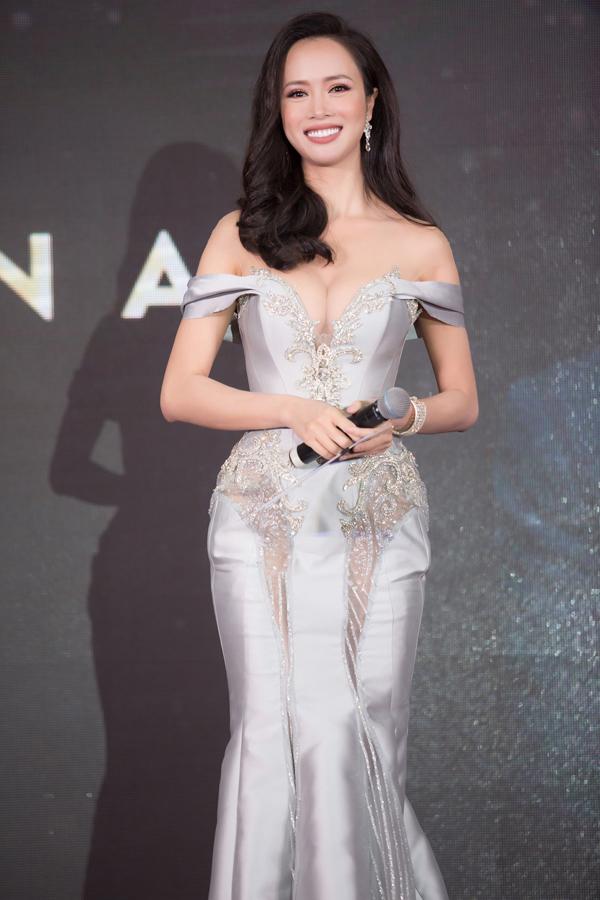 Vũ Ngọc Anh được mời lên sân khấu trao giải Breakthrough of the year.