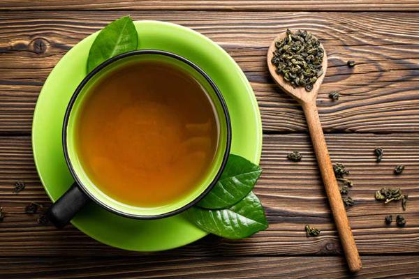 Thường xuyên uống trà xanh Vào mùa đông, uống trà nóng cũng là một cách tốt để bạn giữ cho cơ thể ấm áp và tránh tình trạng tăng cân. Trong trà xanh có chất chống oxy hóa catechin giúp đốt cháy lượng mỡ thừa trong cơ thể hiệu quả.
