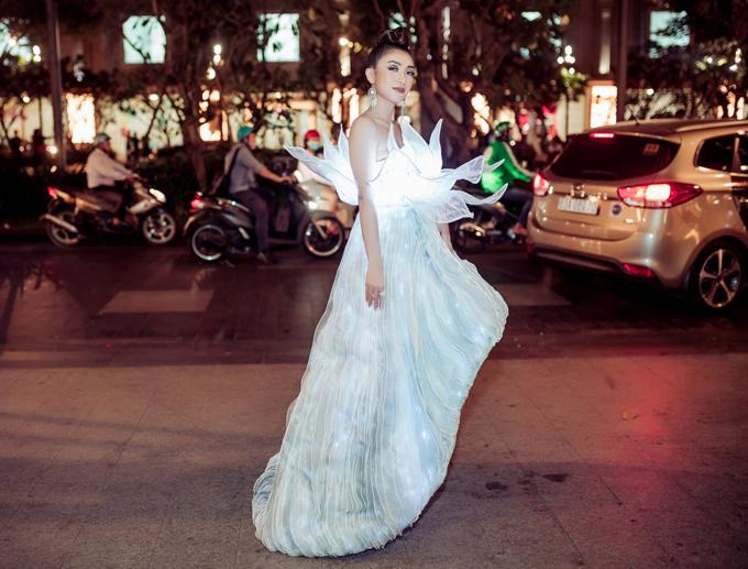Ca sĩ Tiêu Châu Như Quỳnh mặc váy đính 3.000 chiếc đèn led nhỏ đi sự kiện.
