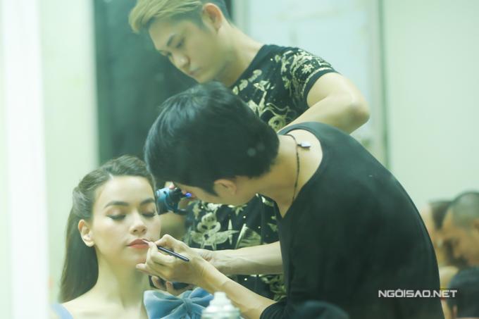 Cô được êkíp của chuyên gia trang điểm Nguyễn Háo Mộng Hùng đi theo hỗ trợ.