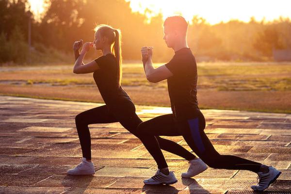 Tập thể dục ngoài trời Trời lạnhkhiến bạn lười ra ngoài, không muốn vận động, là một trong những nguyên nhân phổ biến gây tăng cân.Vì vậy, cho dù nhiệt độ ngoài trời thấp bạn cũng nên cố gắng ra ngoài vận động,tận hưởng ánh sáng mặt trờiđể lượng calo dư thừa được đốt cháy qua những hoạt động thể chất thông thường nhất.