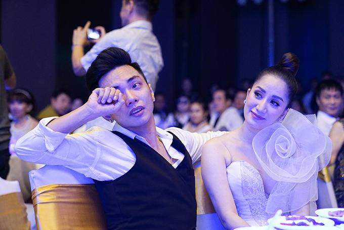 Trong buổi tiệc, Khánh Thi và Phan Hiển có lúc rất xúc động khi nghe chia sẻ của những người thân trên sân khấu.