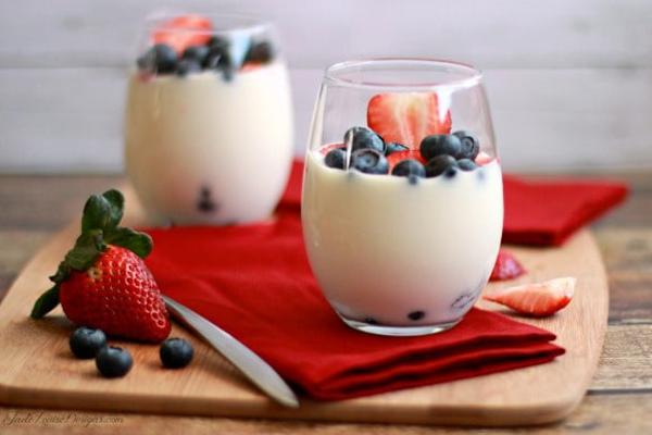 Erin Motz, giảng viên yoga của trung tâm Bad Yogi, luôn dùng sữa chua Hy Lạp với dừa, vani và một ít trái cây.