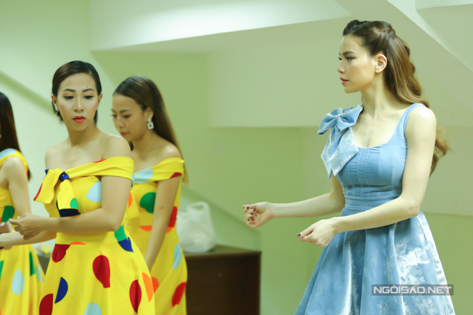 Trước khi ra sân khấu, cô còn tập lại vũ đạo cùng vũ đoàn Hoàng Thông.