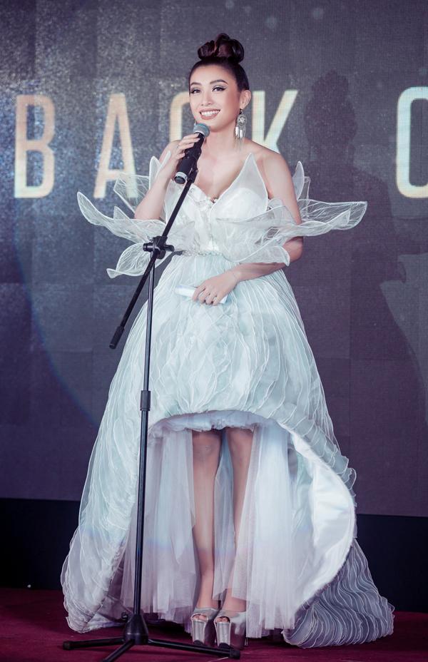 Trang phục này do nhà thiết kế Nguyễn Tiển Truyển làm riêng cho Tiêu Châu Như Quỳnh.