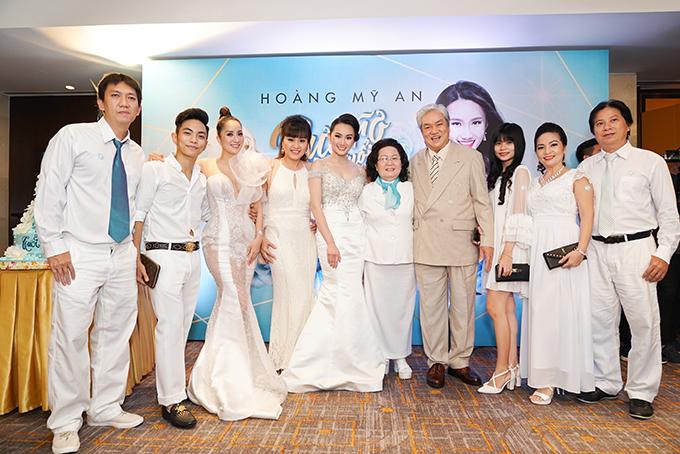 Khánh Thi chụp ảnh cùng đại gia đình chồng. Từ trái qua: dượng út, Phan Hiển, Khánh Thi, dì út, Hoàng Mỹ An, ông bà ngoại, em gái Phan Hiển, bố mẹ Phan Hiển.