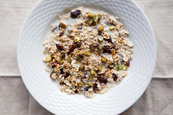 Gretchen Lightfoot, huấn luyện viên của phòng tập Goorus Yoga, California dùng ngũ cốc hạnh nhân cho bữa sáng.