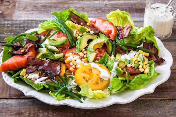 Julie Aiello, huấn luyện viên củaOutdoor Yoga SF trộn rau cải tươi, thì là, rau mùi tây và thêm hai quả trứng chiên cho phần salad buổi sáng.
