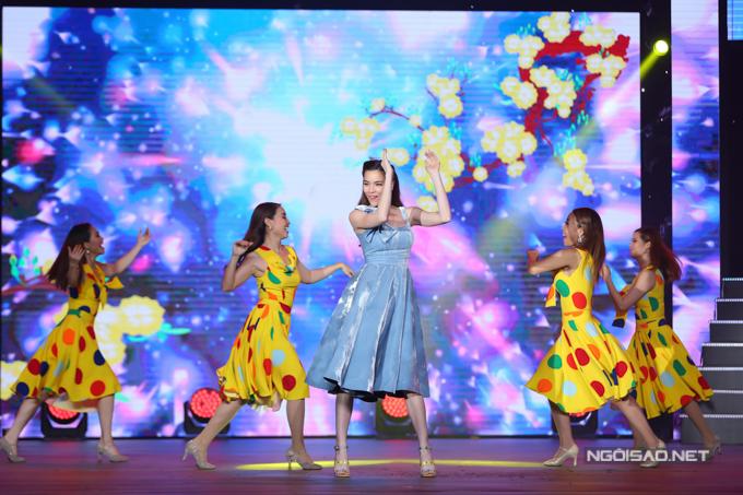 Nữ ca sĩ rạng rỡ trên sân khấu khi thể hiện một ca khúc về mùa xuân.