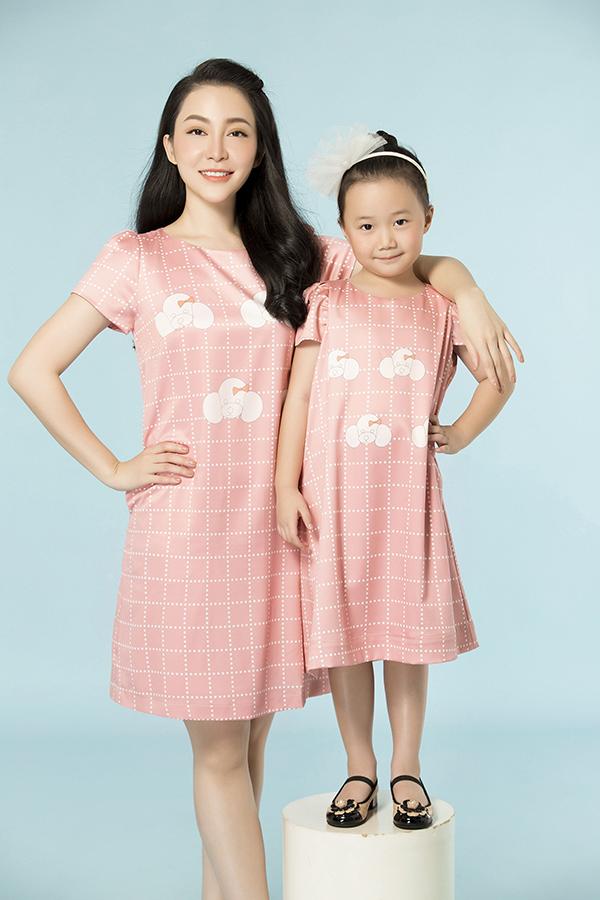 Xuất hiện trong bộ ảnh thời trang Mẹ và Bé  dành cho Tết Mậu Tuất, Linh Nga có dịp diện đầm đôi bên cô con gái nhỏ Luna.