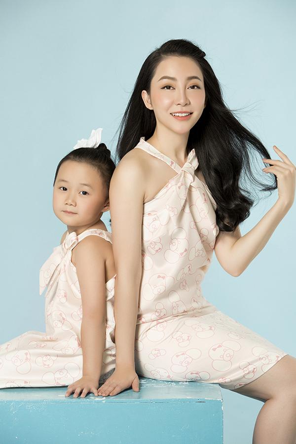 Bên cạnh việc giới thiệu các mẫu thiết kế mới, bộ ảnh còn truyền đi thông điệp về tình mẫu tử, sợi dây kết nối tình cảm giữa các cặp mẹ con.