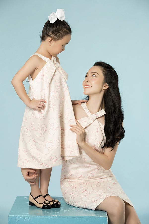 Hình ảnh những chú cún yêu được thể hiện một cách sống động và đa dạng trên các mẫu váy suông cho bé gái và váy liền thân tôn nét thanh lịch cho mẹ.