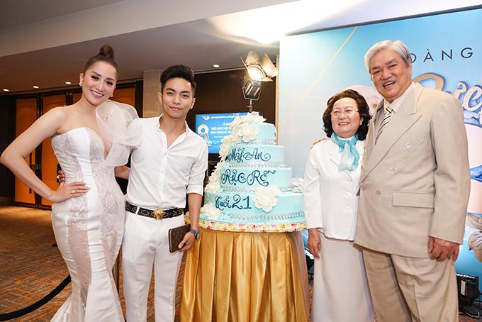 Khánh Thi và Phan Hiển vui vẻ chụp ảnh cùng ông bà ngoại. Cô rất được lòng gia đình chồng.
