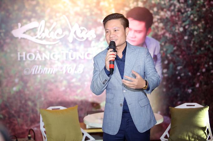 Ca sĩ Hoàng Tùng tại buổi họp báo ra mắt album Khúc xưa.