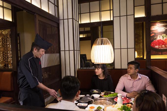 Bếp trưởng Chiba Kazuhiko có hơn 40 năm kinh nghiệm đã dày công nghiên cứu và phát triển thực đơn Tasaki BBQ.