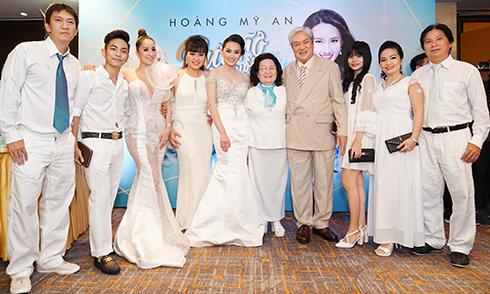 Khánh Thi bụng bầu lùm lùm đi tiệc cùng đại gia đình Phan Hiển