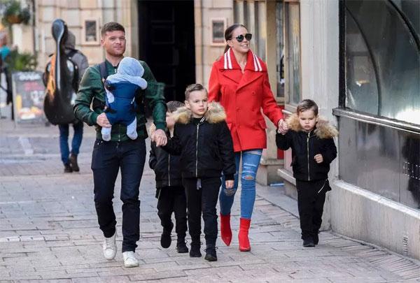 Ngoài Ronnie, cựu hoa hậu đình đám còn có ba cậu con trai là Archie, Harry và George với người chồng đầu Jamie OHara.