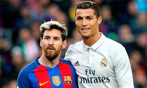 C. Ronaldo diện quần loe, Messi rẽ ngôi giữa