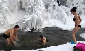 Du khách tắm suối nước nóng giữa thời tiết âm 65 độ C ở Siberia