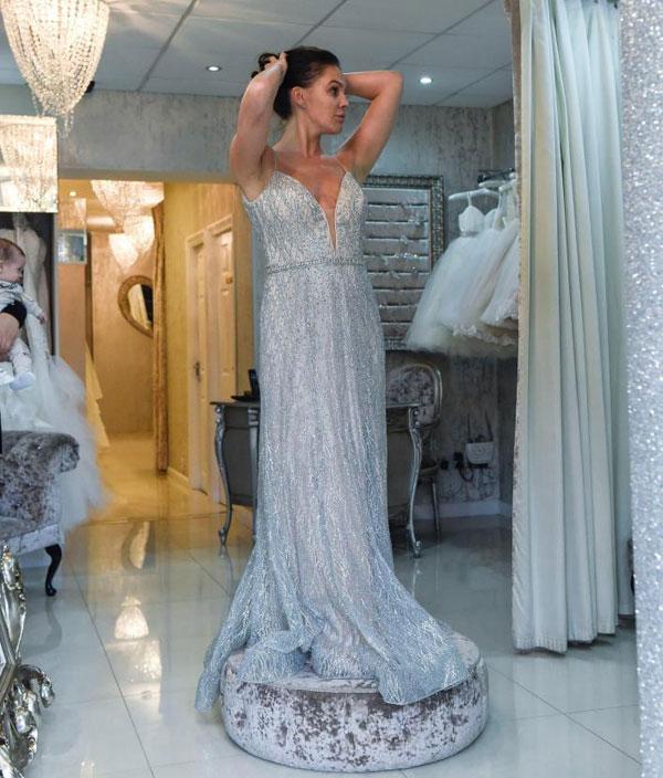 Cựu hoa hậu Anh cũng thử một mẫu đầm màu bạc dành cho các buổi tiệc tối.