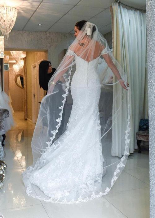 Người đẹp Anh trong một bộ váy cưới truyền thống gắn voan dài quét đất.