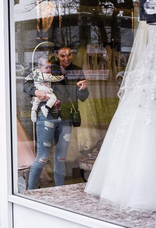 Cựu hoa hậu Anh chưa tiết lộ chi tiết đám cưới với Michael ONeil nhưng đã đi thử váy cưới. Bà mẹ 34 tuổi bế cậu con trai út, thích thú ngắm nhìn những bộ váy cô dâu lộng lẫy.
