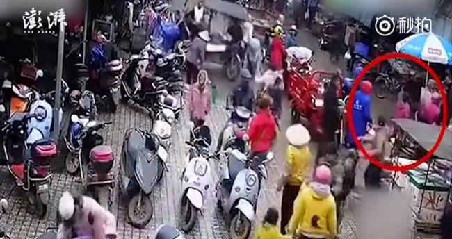 Người đàn ông lớn tuổi ngất xỉu giữa đường, dân thờ ơ không ai dừng lại giúp