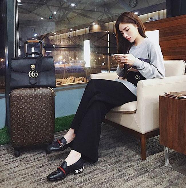 Trong ảnh, người đẹp Nam Định diện loafer đính đá quanh gót (1.150 USD), túi đeo hông GG Marmont (1.100 USD) và túi xách da đen (khoảng 2.500 USD).