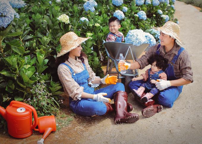 Cặp đôi hóa thân những nông dân mang ủng, đội mũ nan, đeo găng tay đi chăm sóc hoa cẩm tú cầu.