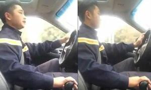 Anh chàng 8X vừa lái xe vừa hát rap về phòng cháy chữa cháy