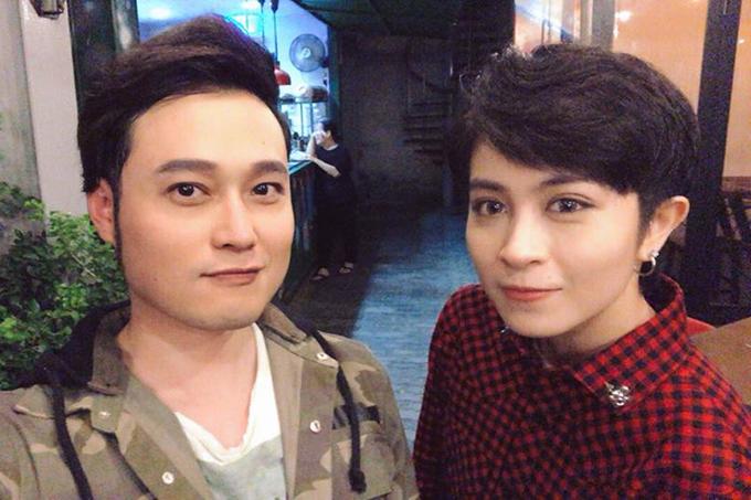 Quang Vinh hội ngộ cùng người em Gil Lê trong hậu trường một show truyền hình.