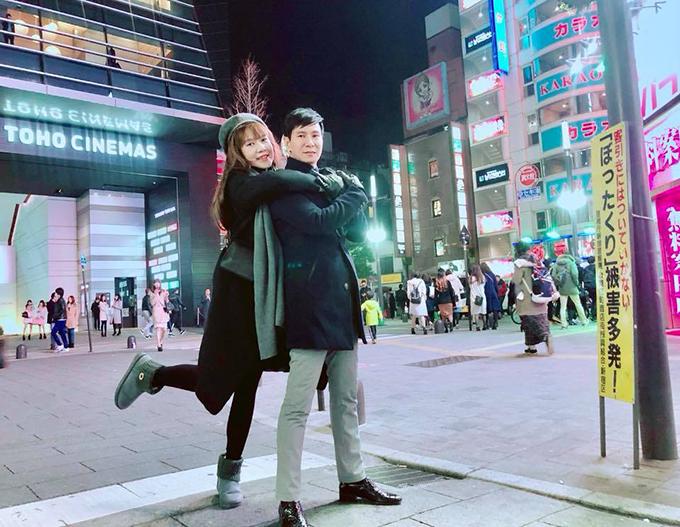 Bà xã Lý Hải ôm vai nam ca sĩ giữa trời lạnh tái tê ở Tokyo.