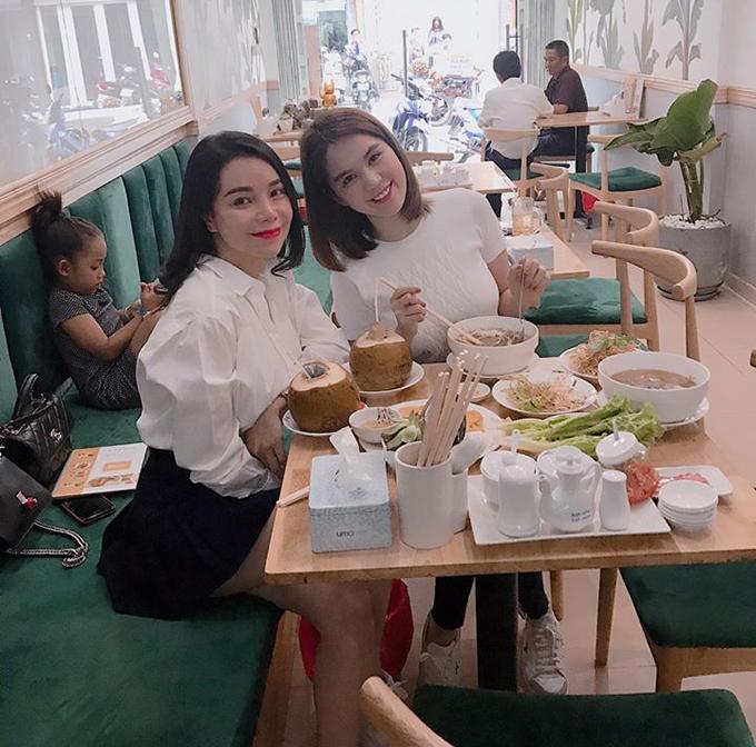 Ngọc Trinh tới ủng hộ quán ăn mới mở của chị em thân thiết Trà Ngọc Hằng.