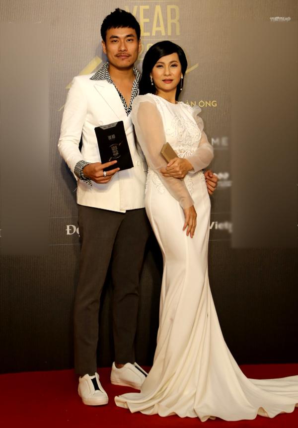 Cát Phượng tháp tùng chồng trẻ Kiều Minh Tuấn đi nhận giải Diễn viên của năm.