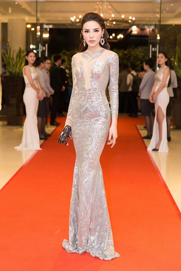 Bộ cánh bó sát cơ thể tôn đường cong quyến rũ của Hoa hậu Việt Nam 2014.