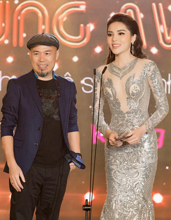Hoa hậu và nhạc sĩ Huy Tuấn được mời lên sân khấu trao giải thưởng Bài hát của năm.