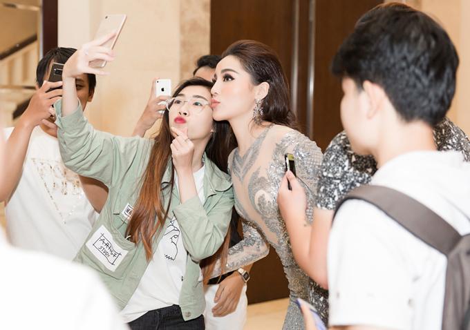 Kỳ Duyên thân thiện chụp ảnh cùng fan tại sự kiện.