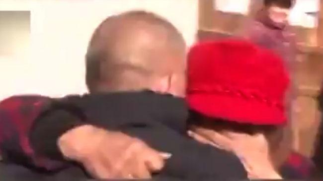 Sau 23 năm chia cách, người phụ nữ ôm lấy chồng khóc trong ngày đoàn tụ.