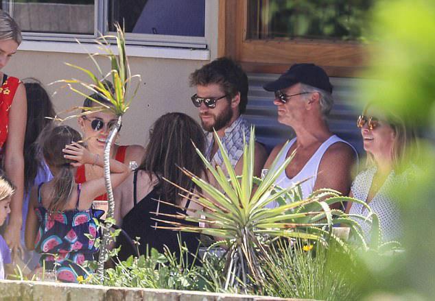 Miley Cyrus đi uống cafe với gia đình chồng sắp cưới ở Sydney cuối tuần qua.