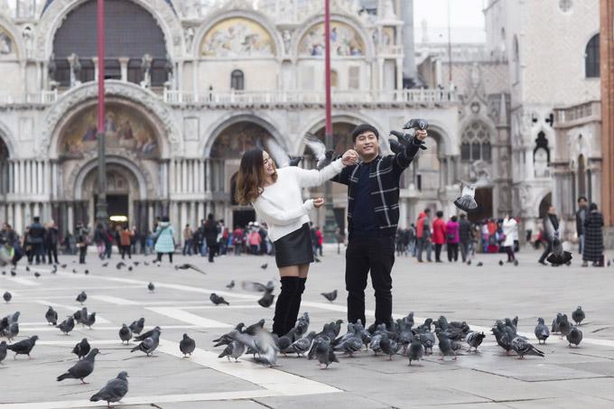 Ngọc Anh hôn bạn trai tin đồn Tô Minh Đức say đắm ở Italy - 11
