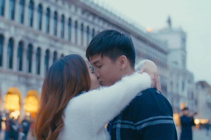 Ngọc Anh hôn bạn trai tin đồn Tô Minh Đức say đắm ở Italy - 4