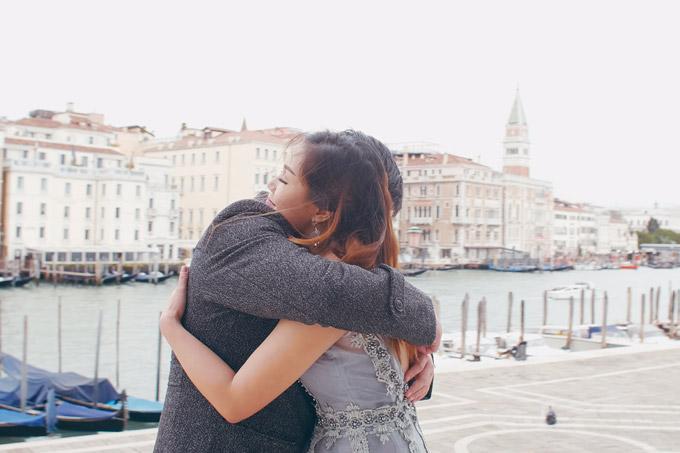 Ngọc Anh hôn bạn trai tin đồn Tô Minh Đức say đắm ở Italy - 7